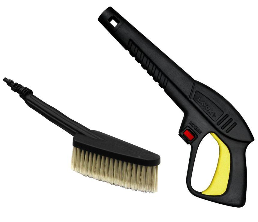 Primo piano della pistola S'09C ad attacco rapido dell'idropulitrice LAVOR NINJA PLUS 130, e della spazzola da collegare direttamente alla lancia (fa parte della dotazione di serie)