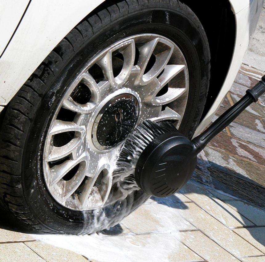 La spazzola dell'idropulitrice LAVOR GALAXY 150 in azione: utilissima per lavare anche meccanicamente svariate superfici, inclusi mobili da giardino, attrezzi, e ovviamente i cerchioni della vostra auto
