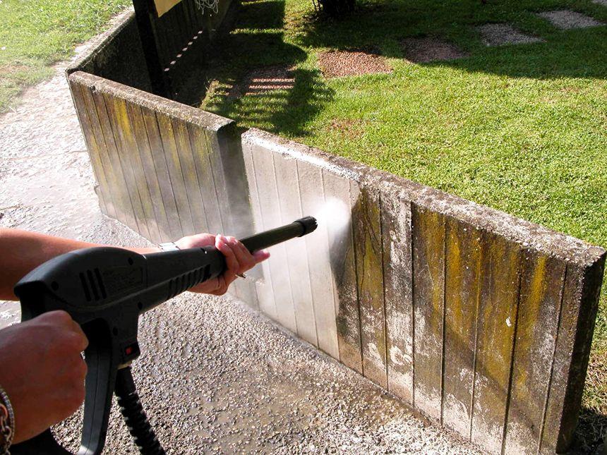 Grazie all'elevata potenza dell'idropulitrice LAVOR GALAXY 160, riuscirete a ripulire senza fatica l'intero muretto di recinzione, e farlo ritornare finalmente come nuovo