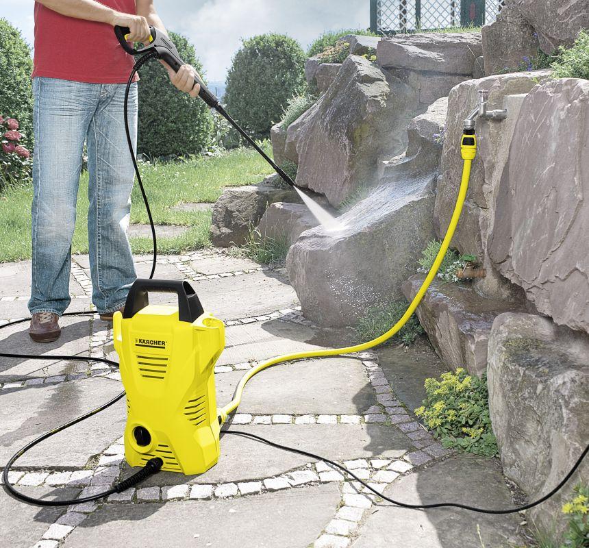 Con l'idropulitrice Kärcher K 2 Basic riuscirete a ripulire il giardino di casa con estrema facilità e semplicità