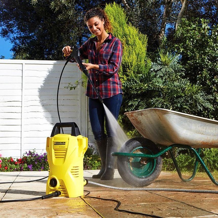 Grazie al potente getto dell'idropulitrice Kärcher K 2 Basic potrete ripulire gli attrezzi da giardino rapidamente, scrostando anche lo sporco più duro con estrema facilità