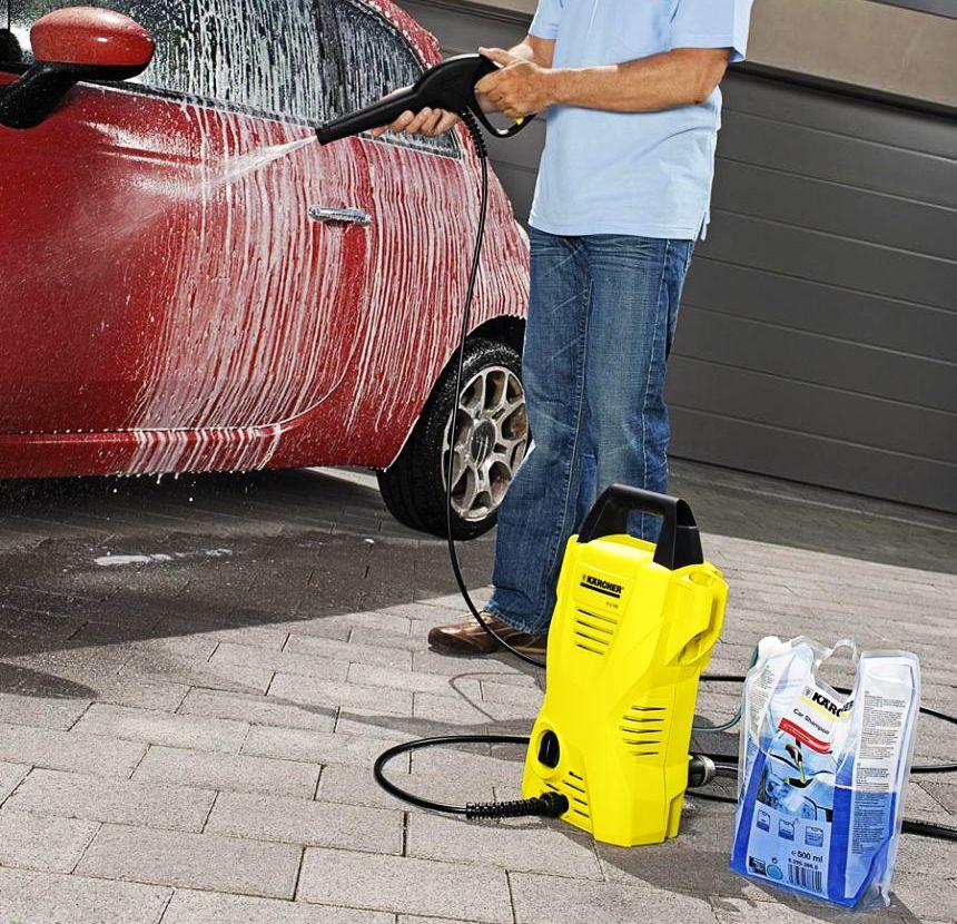 L'idropulitrice Kärcher K 2 Basic è fornita sul retro di un tubo per il detergente, rendendo molto semplice la pulizia a fondo dell'auto