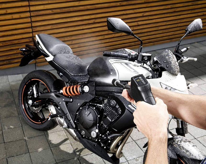 Con l'idropulitrice Kärcher K 3 Full Control pulire la moto diventa un gioco da ragazzi, grazie anche alla possibilità di aggiungere il vostro detergente preferito da miscelare con il getto d'acqua ad alta pressione