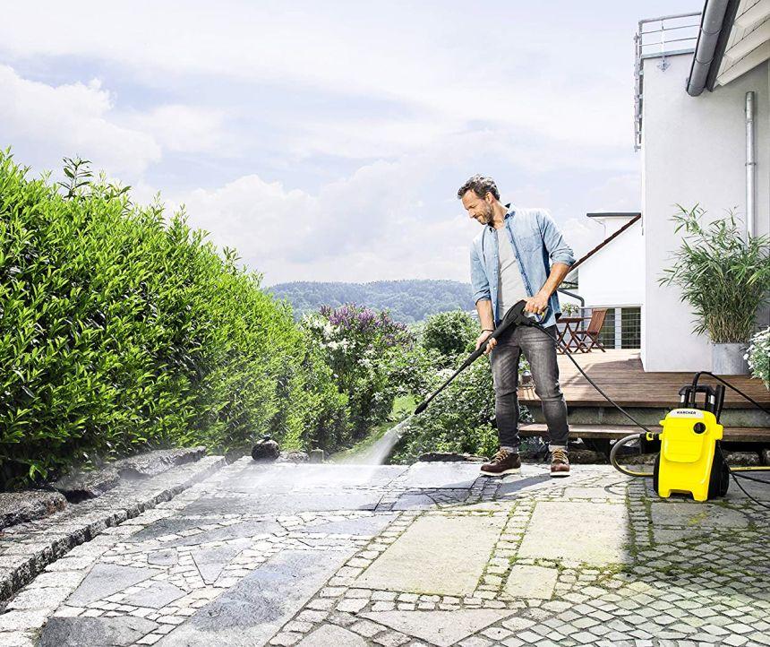 L'idropulitrice Kärcher K 4 Compact nel suo ambiente naturale: la pulizia della pavimentazione da giardino e dei viali di casa è adesso un gioco da ragazzi