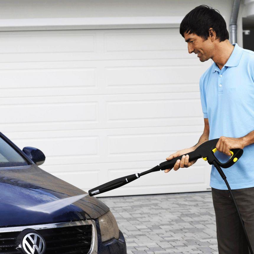 L'idropulitrice Kärcher K 4 è perfetta per pulire a fondo la vostra auto, grazie alla potente lancia Vario Power e alla possibilità di miscelare un detergente di vostra scelta al getto d'acqua ad alta pressione