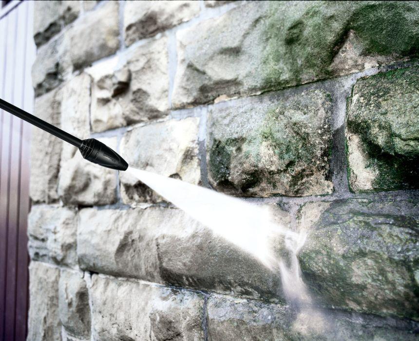 L'idropulitrice Kärcher K 5 con motore raffreddato ad acqua da 2100W ha una potenza tale da ripulire senza problemi ampie superfici, come la muratura a vista della vostra abitazione