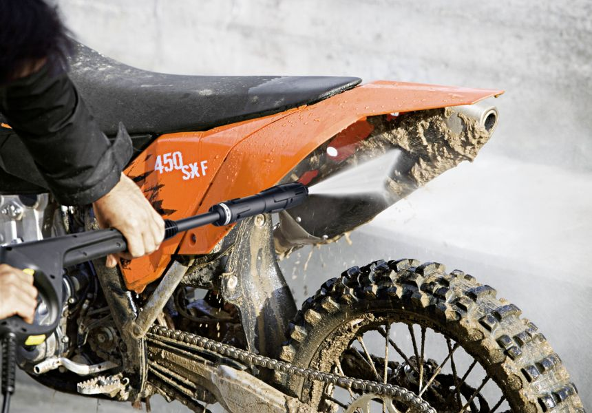 L'idropulitrice Kärcher K 5 è perfetta per pulire a fondo la vostra moto, grazie alla potente lancia Vario Power e alla possibilità di miscelare un detergente di vostra scelta al getto d'acqua ad alta pressione