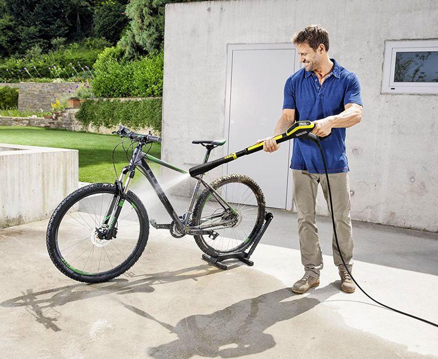 Idropulitrice KÄRCHER K 5 Premium Full Control Plus Home in azione: il lavaggio dell'auto di famiglia, del furgone o di tutte le biciclette è adesso un gioco da ragazzi (notare la pistola ad alta pressione con display LCD e la lancia multi getto 3 in 1)